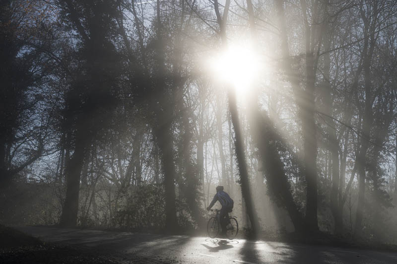 Fietser in de mist op de Bemelerberg - Hotel Bergrust